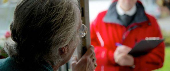 A Sant'Anastasia, stanno girando persone che bussano alle porte e chiedono di entrare per consegnare mascherine. Non apriteli!